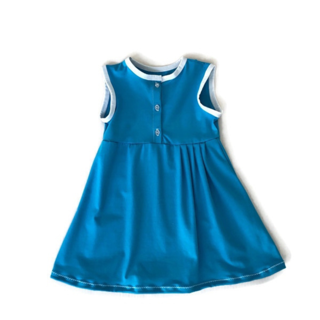 handgemaakte aqua blauwe meisjesjurk met knoopjes