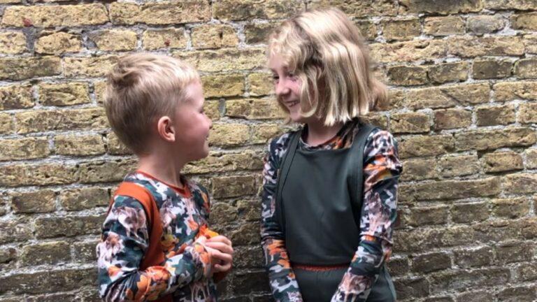 herfst kinderkleding, kinderen kijken elkaar aan