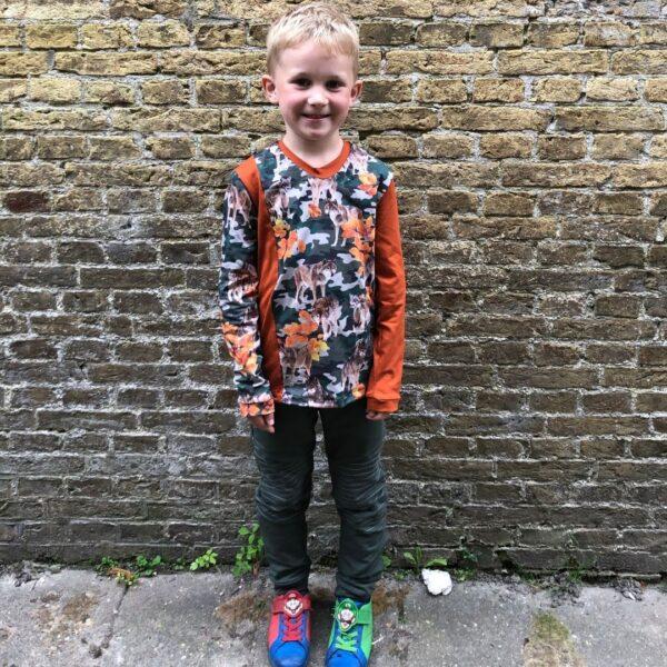jongen met bikerpants en colorblock wolvenshirt